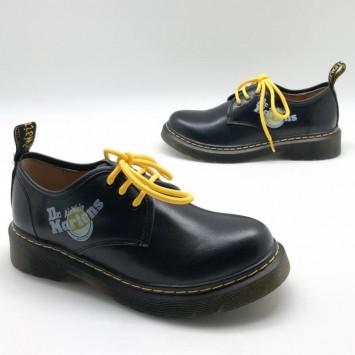 Лоферы Dr. Martens с цветными шнурками