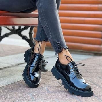 Лоферы Alexander McQueen на шнуровке черные